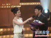 图文:2009中超颁奖典礼 美女提问邓卓翔