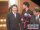 图文:2009中超颁奖典礼 邓卓翔捧花