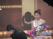 图文:2009中超颁奖典礼 邓卓翔鞠躬