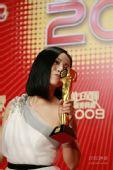 图:TVB台庆颁奖庆功会 邓萃雯亲吻奖杯