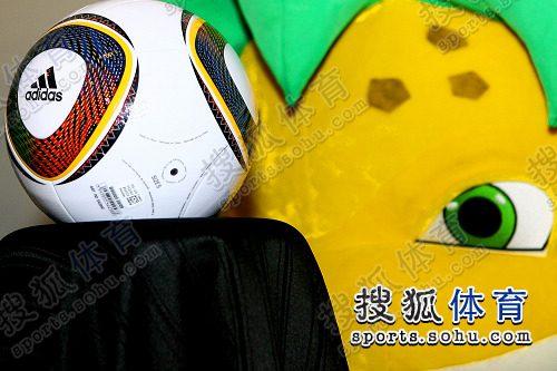 南非使馆目睹世界杯抽签仪式-南非世界杯用球