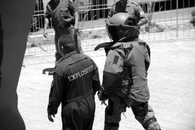 IC现场图片 □安保人员封锁现场排查炸弹