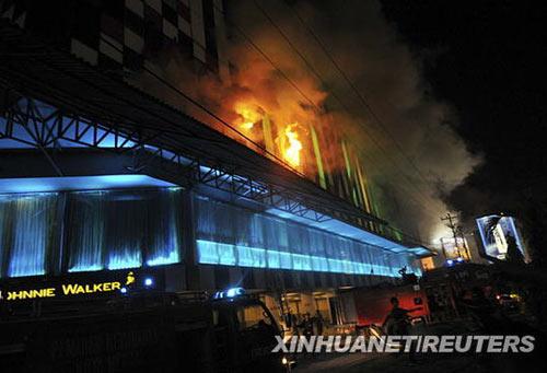 12月4日,在印度尼西亚北苏门答腊省的棉兰,发生火灾的歌厅冒出滚滚浓烟。新华社/路透