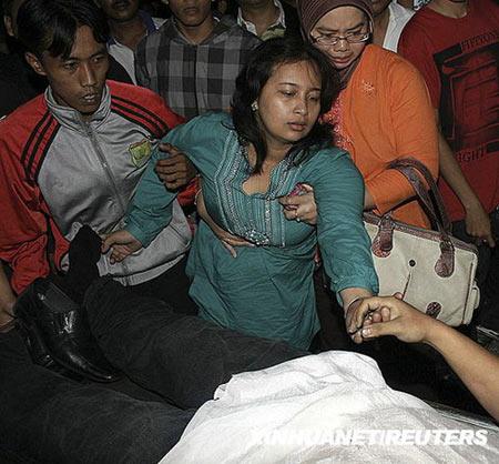 12月4日,在印度尼西亚北苏门答腊省的棉兰,火灾遇难者亲属悲痛不已。新华社/路透