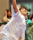 图文:日本羽球美女潮田玲子 潮田玲子高高跳起