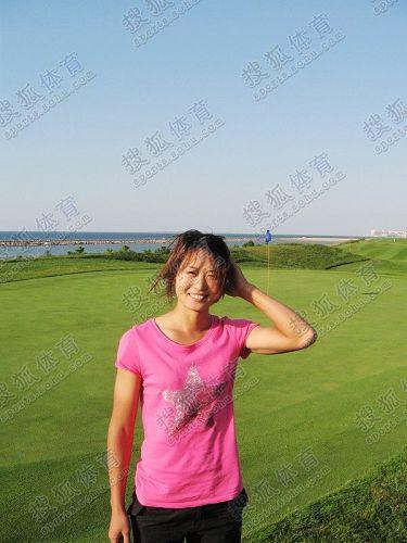 图文:中国橄榄球第一美女管奇仕 背后是高球场