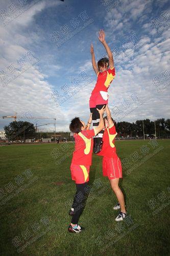 图文:中国橄榄球第一美女管奇仕 被高高举起