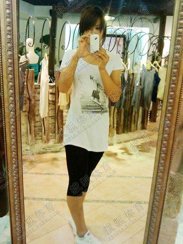 图文:中国橄榄球第一美女管奇仕 购物也要自拍