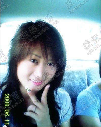 图文:中国橄榄球第一美女管奇仕 车上也要拍