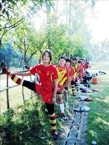 图文:中国橄榄球第一美女管奇仕 进行热身训练