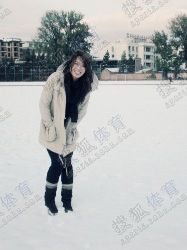图文:中国橄榄球第一美女管奇仕 雪中吐舌可爱
