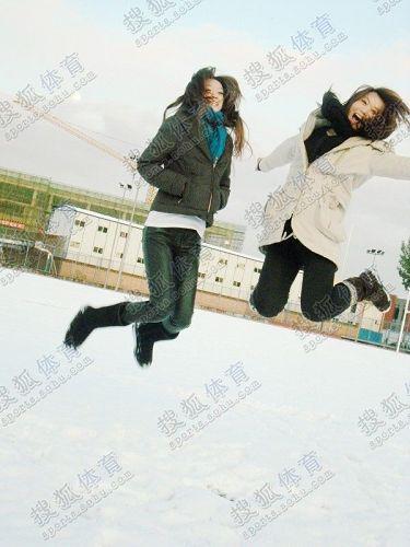 图文:中国橄榄球第一美女管奇仕 高高跃起瞬间
