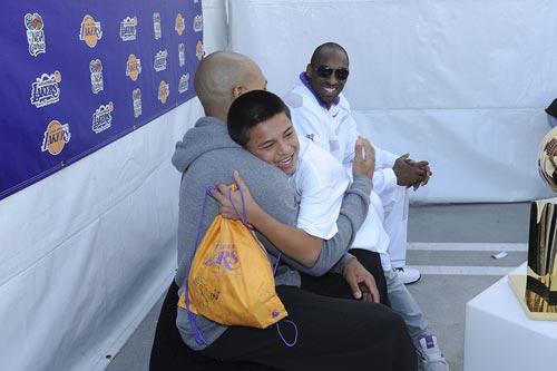 NBA图:湖人与球迷进行互动 费舍尔与小球迷拥抱