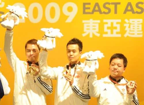 左起:陈国明、傅家俊与冯国威取得港桌队在东亚运首面金牌(图片来自:大公报)