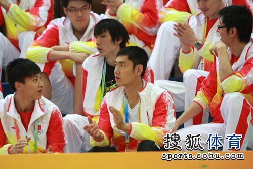 图文:中国男篮为女篮助威 张庆鹏全神贯注