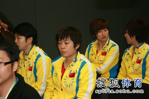 图文:东亚运动会国乒女团丢金 姚彦文佳交谈