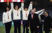 图文:橄榄球中国女队夺冠 罗格与霍震霆颁奖