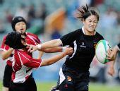 图文:橄榄球中国女队夺冠 刘艳带球一路狂奔