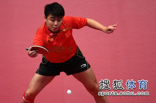 图文:东亚运动会男乒团体决赛 王皓直拍横打