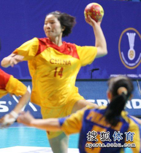 图文:中国女手世锦赛两连胜 中国姑娘拉弓射门