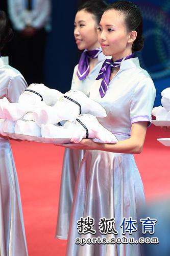 男乒团体颁奖 礼仪小姐站姿优雅