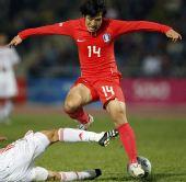 图文:[东亚运]国奥0-3韩国 越过防守