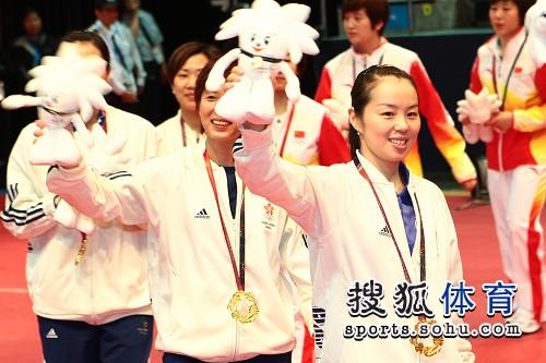 图文:乒乓球女团颁奖现场 帖雅娜高举吉祥物