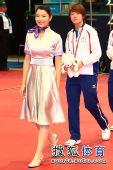图文:乒乓球女团颁奖现场 礼仪小姐秀色可餐