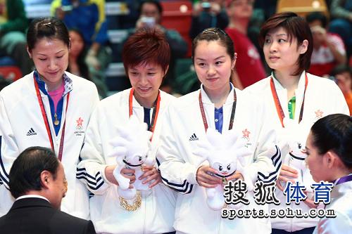 图文:乒乓球女团颁奖现场 香港女乒接受金牌