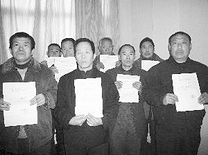 因散发检举村支书的材料,河南省沁阳市山王庄镇的8名农民被公诉并判诽谤罪。