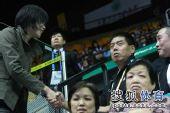 图文:中国女排3-0中华台北 张萍与人握手