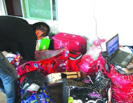5日下午,房子的阳台上堆满了李娜和张琳的行李。6日,这些行李还没来得及收拾,就被直接搬了出去。