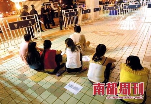 2009年9月,东莞南城警方一次突击行动中抓获的涉嫌卖淫的女子。摄影_方光明