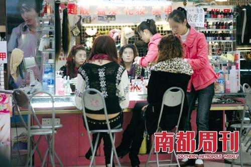 每到傍晚时分,成群结队的厚街女子奔往被当地人称为老华润的商场内盘发、化妆及美甲,再由单车或的士分送往各个酒店。摄影_孙炯