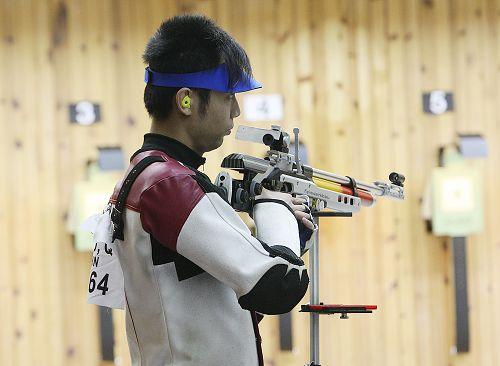 图文:10米气步枪朱启南夺金 朱启南在比赛中