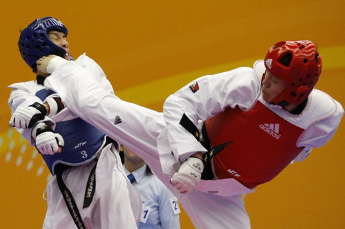 图文:东亚运跆拳道72公斤级 中国林晓龙进攻