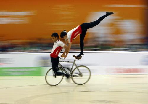 图文:东亚运自行车花式赛 日本选手在比赛中