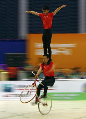 图文:东亚运自行车花式赛 选手将前轮抬起