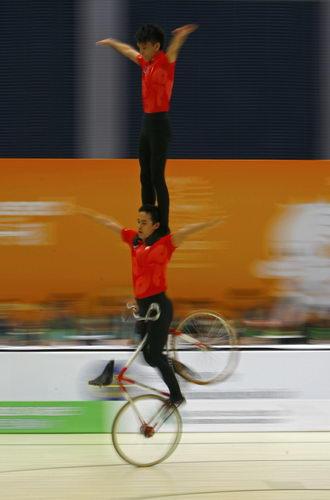 图文:东亚运自行车花式赛 香港选手在比赛中