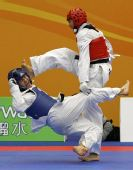 图文:跆拳道赛场现意外 一脚踹倒了对手