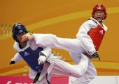 图文:跆拳道赛场现意外 互相上演后踢腿