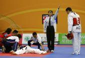 图文:跆拳道赛场现意外 医疗人员急救中