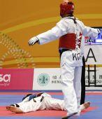 图文:跆拳道赛场现意外 被击倒在地昏厥