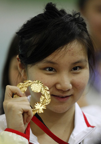 刘京展示冠军金牌