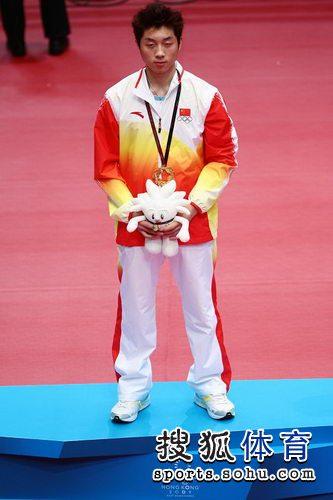 图文:东亚运乒乓球比赛落幕 许昕在领奖台上
