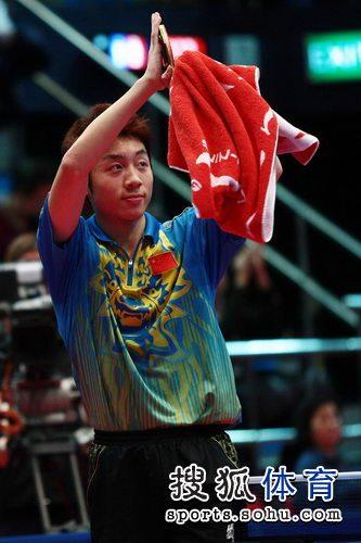 图文:东亚运动会乒球男单决赛 许昕向观众致意