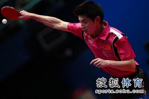 图文:东亚运动会乒球男单决赛 张继科正手接球