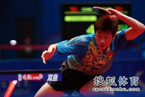 图文:东亚运动会乒球男单决赛 许昕挥拍拉球