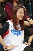 图文:陈建州携美女观战男篮 美女领队