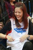图文:陈建州携美女观战男篮 观众席欢声笑语